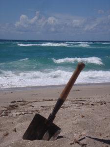 Складная лопата ВДВ на берегу Чёрного моря